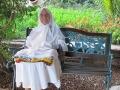 JMD-grand-mère sur son banc.jpg